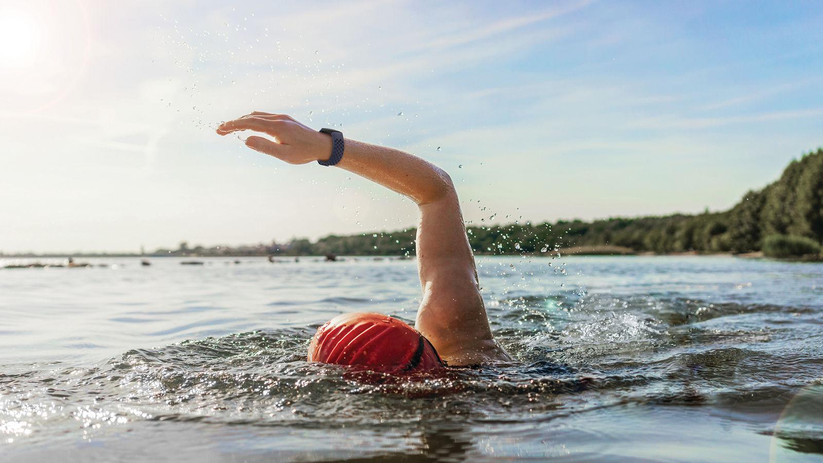 AKILLI SAAT ile yüzen sporcu
