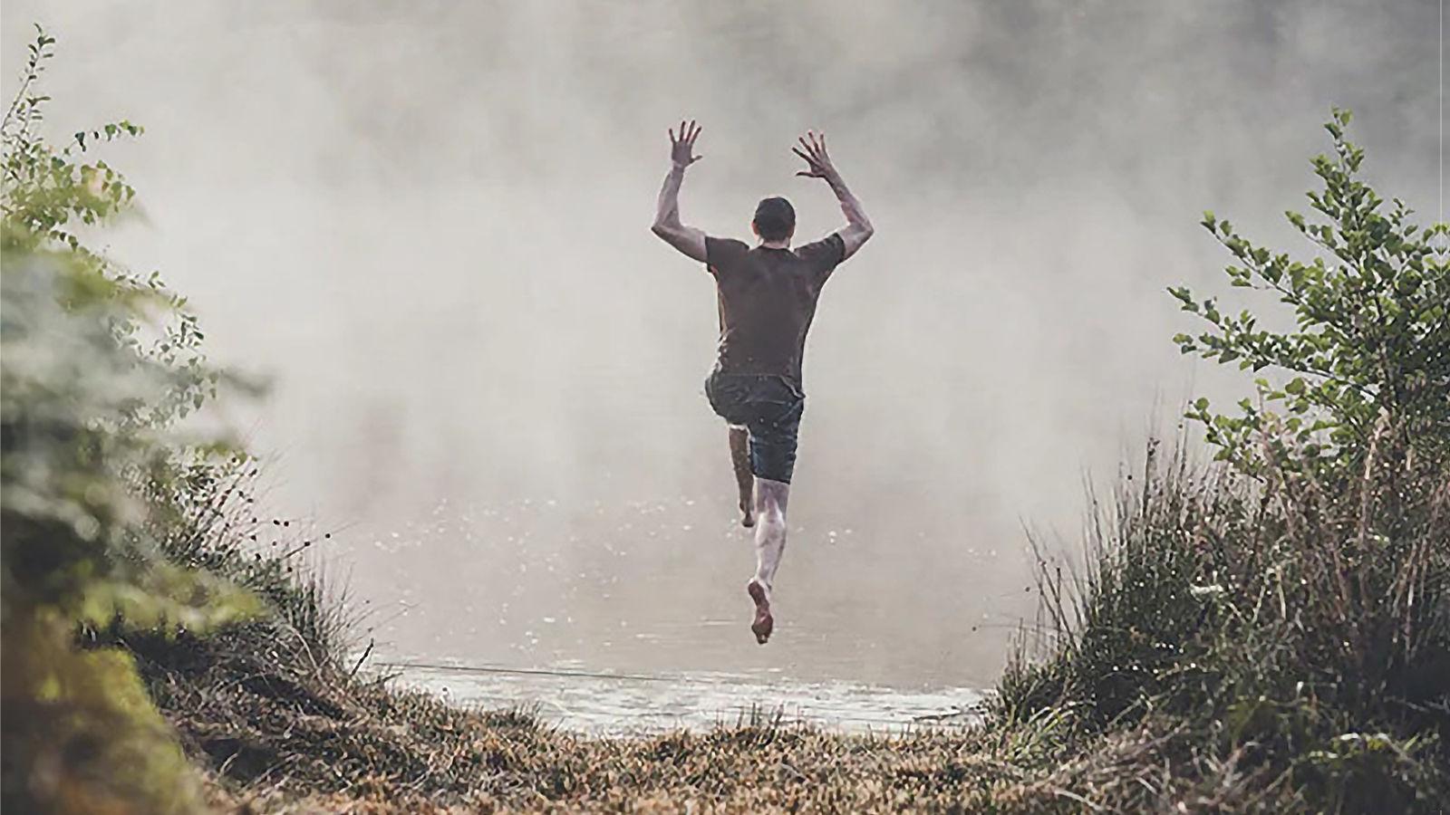 Yüzmek için atlayan adam görseli