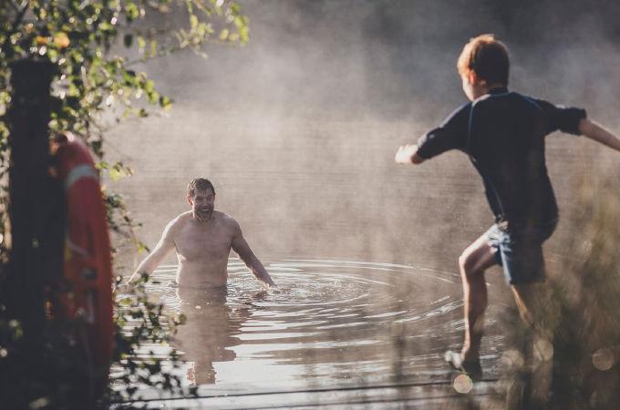 Güne sabah 06:00'da gölde yüzerek başlanır.