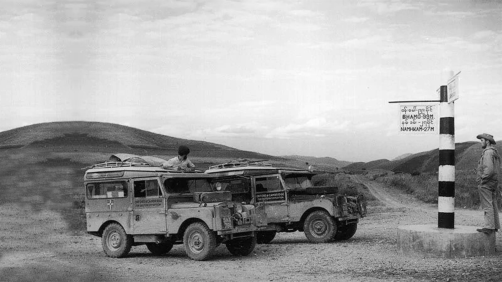 Burma'da iki Land Rover