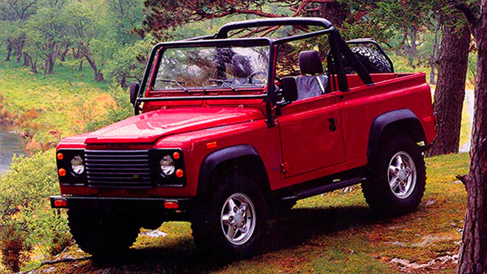 1993 Land Rover Defender 90 North American Specification (NAS) dış devrilme kafesi ve Portofino Red rengiyle tamamlandı