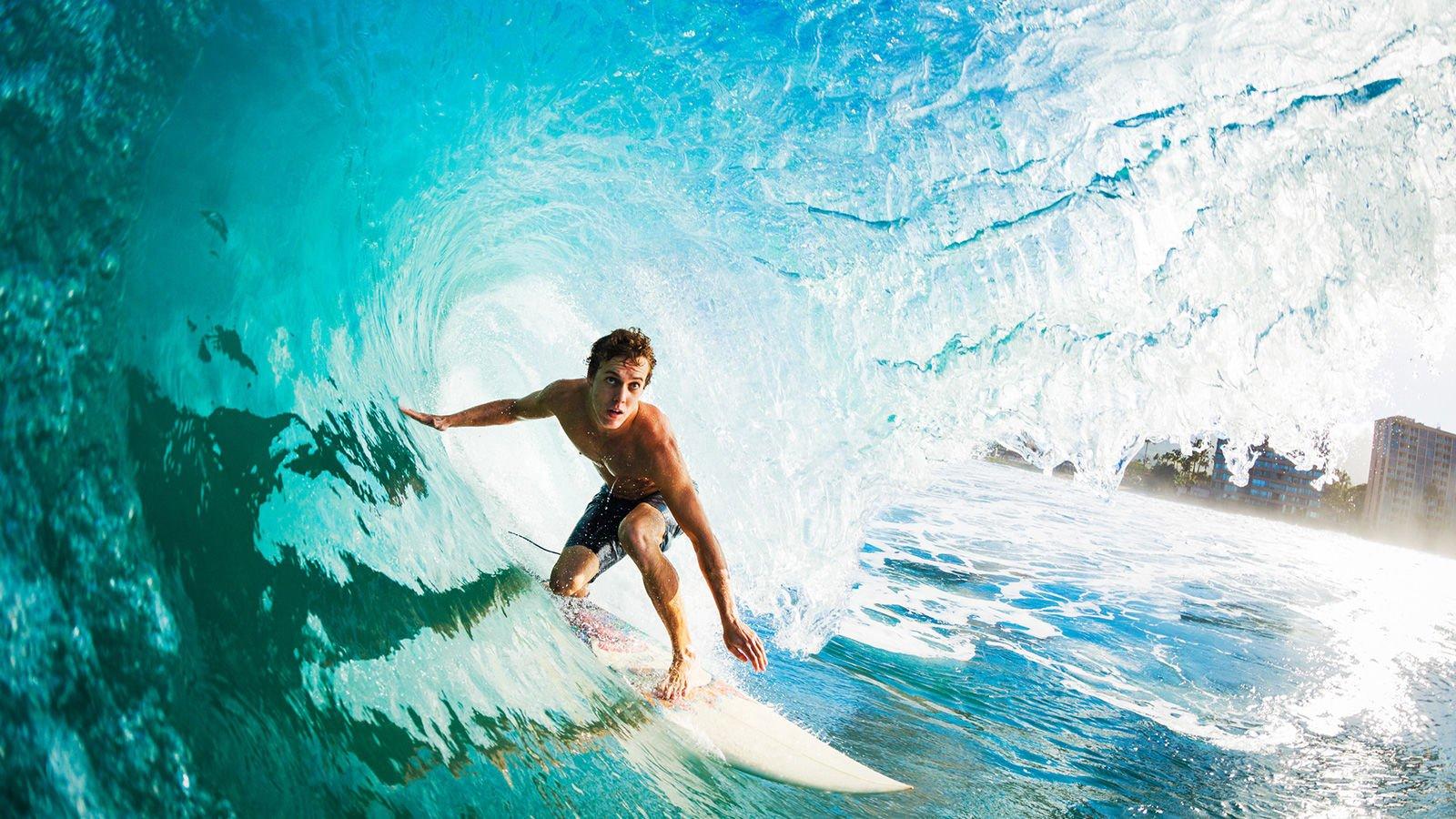 Sörf yapan adam