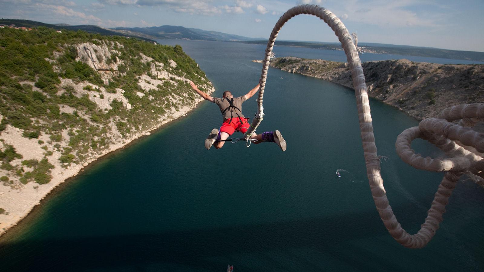 Bungee jumping yapan adam