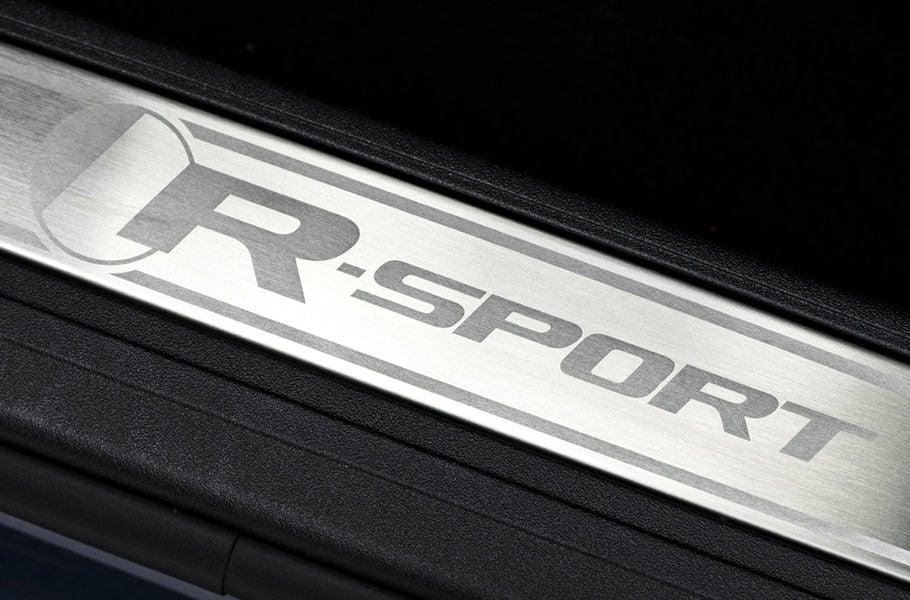 السمات المميزة لسيارة R-SPORT