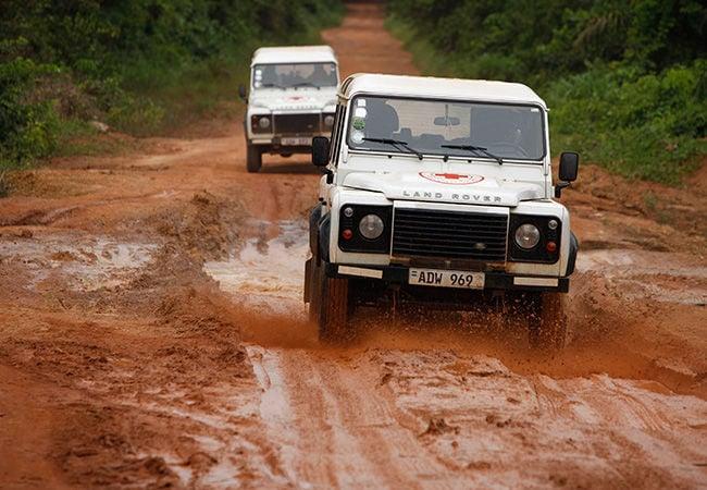 سيارة ديفندر يستخدمها الاتحاد الدولي لجمعيات الصليب الأحمر.